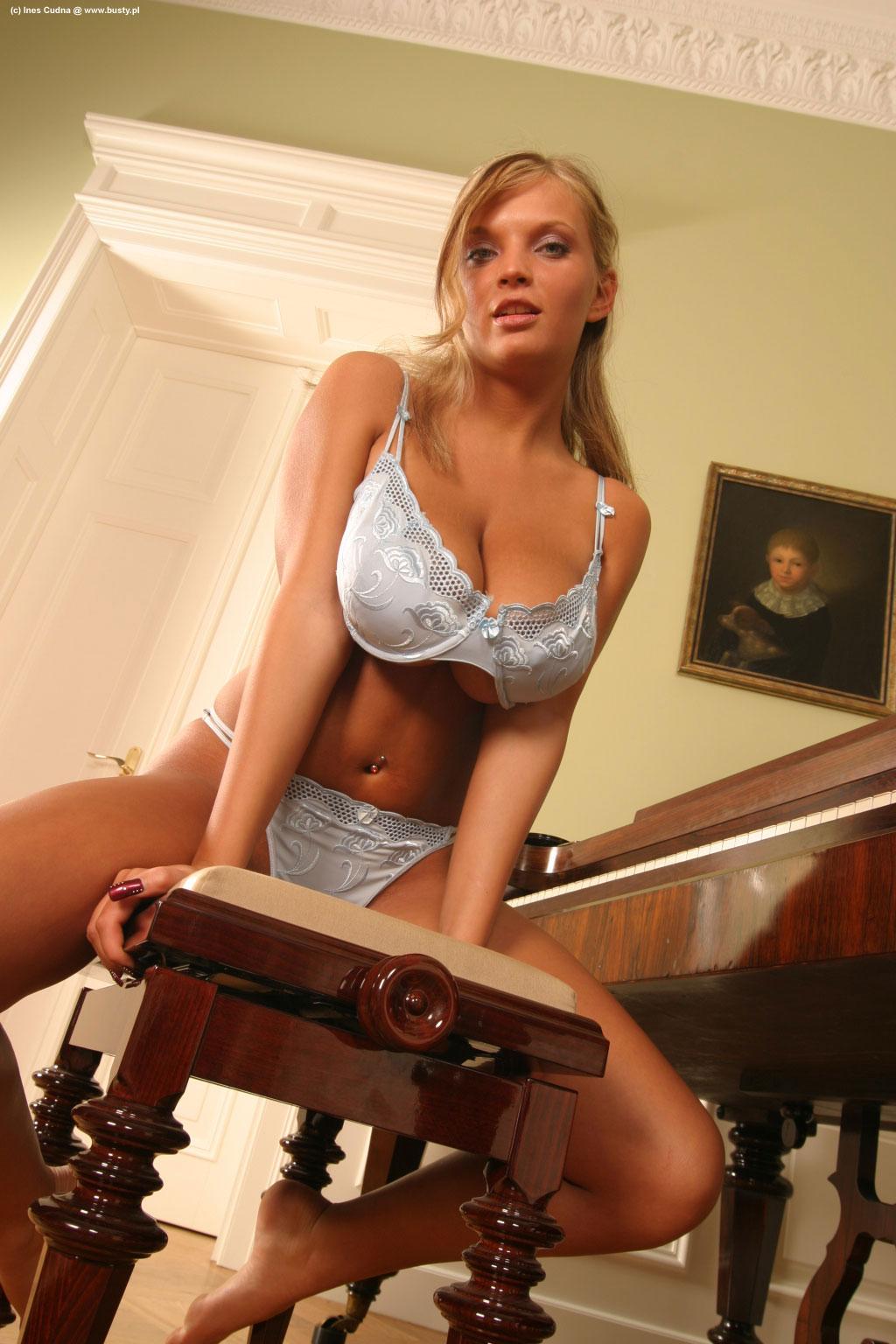 Ines Cudna plays piano