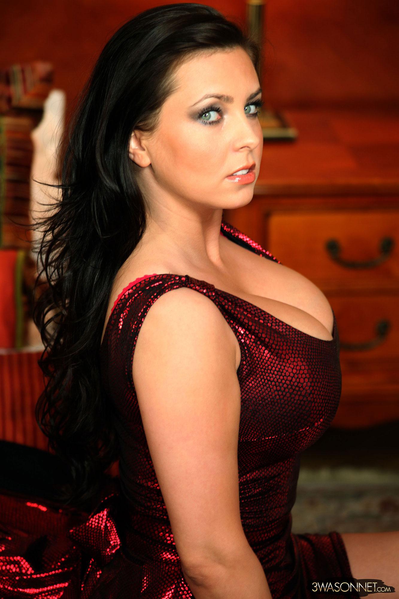 Red shiny dress of Ewa Sonnet